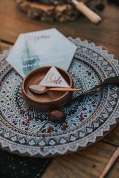 Geometric blue, gold, and copper place setting | Image by Hugo Coelho Fotografia