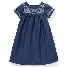 Une robe ravissante en jean léger pur coton agrémentée de broderies   contrastantes sur le plastron et sur les manches. Jeu de fronces   sous le plastron. Robe boutonnée au dos.Existe toile pur coton.