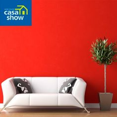 Que tal dar mais vida para sua sala sem gastar muito?     Pintar uma parede de vermelho pode ser uma opção. A cor é quente, vibrante e estimula os sentidos. Fica super charmosa se usada na medida certa. Gostou da ideia?     Tinta Látex Suvinil Vermelho Cardial: http://www.casashow.com.br/Tinta-Latex-Maxx-Premium-Suvinil-Vm-Cardial-36l/p