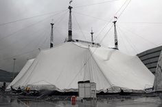 Alzamiento de la carpa del Circo del Sol @Cirque . EITB.COM