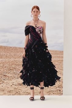 Alexander McQueen Resort 2020 Fashion Show - Vogue Alexander Mcqueen, Strapless Dress Formal, Formal Dresses, Jennie Blackpink, Fashion Show Collection, Mannequins, Vogue Paris, Beautiful Dresses, Ready To Wear