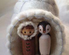 Felted wool ice cave, winter peg doll and penguin Wood Peg Dolls, Clothespin Dolls, Doll Crafts, Diy Doll, Kegel, New Dolls, Fairy Dolls, Beautiful Dolls, Christmas Crafts
