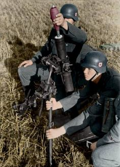 Waffen-SS soldiers preparing to open fire with a Granatwerfer 34 during the Invasion of Poland in German Soldiers Ww2, German Army, Nagasaki, Hiroshima, Military Photos, Military History, Luftwaffe, German Helmet, Invasion Of Poland