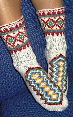Kirjoneulesukat Knitting Videos, Knitting Charts, Knitting Socks, Hand Knitting, Knitting Patterns, Fashion Socks, Knit Fashion, Stockings Legs, Wool Socks