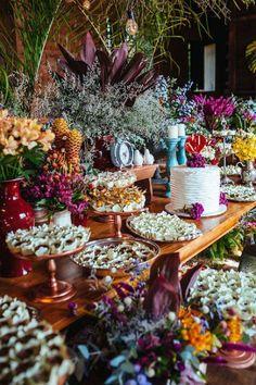 mesa-de-doces-para-casamento-com-decoracao-colorida