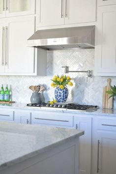 Like the counters and cabinets and backsplash - Best 100 white kitchen cabinets decor ideas for farmhouse style design Kitchen Backsplash Designs, Kitchen Interior, Kitchen Cabinet Design, White Kitchen Backsplash, Kitchen Remodel, Kitchen Decor, Kitchen Cabinets Decor, Kitchen Renovation, White Kitchen Design