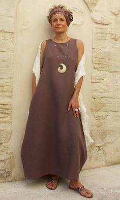 Linen dress (two pockets) lavender color.<br /> Purple silk scarf tied in a turban, the same in white shawl.<br /> Pearl necklace patinated with gold leaf and glass beads. Basic Fashion, Fashion Over 50, Look Fashion, Womens Fashion, Mode Ab 50, Advanced Style, Linen Dresses, Mode Style, Boho Chic