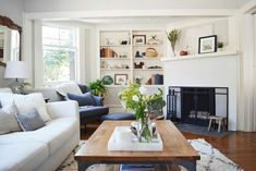7 Best Interior Designers with Style Like Joanna Gaines Decor, Decorating Coffee Tables, Decoracion De İnteriores, Decorating Bookshelves, Decorative Pillows, Decorating With Plants, Decoracion De Salas Modernas, Decorated Jars. #decor #coffeetables #decoratingbookshelves #decoratedjars Joanna Gaines Design, Joanna Gaines Decor, My Living Room, Living Room Decor, Cozy Living, Living Area, Small Cottage Interiors, House Interiors, Joanna Gaines Living Room