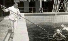 """Zwemles met de """"verschrikkelijke"""" haak om je boven water te houden"""