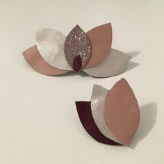 Pack Hair Barrettes Petals Leatherette Source by Diy Leather Earrings, Leather Jewelry, Traditional Wedding Decor, Leather Flowers, Bijoux Diy, Hair Barrettes, Diy Accessories, Diy And Crafts, Creations