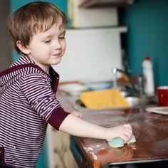 Para que los niños hagan las tareas en casa y esto no sea una batalla diaria cuando sean adolescentes lo mejor es ir inculcando el hábito cuando son pequeños y tienen ganas de imitar todo aquello que hacemos los mayores.