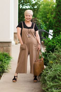 Styling a neutral pair of linen cropped overalls with a basic black tee and platform wedges for a cool and comfortable summer look. Summer Outfits Women 20s, Summer Fashion For Teens, Summer Fashion Outfits, Fashion Over 40, Casual Summer Outfits, Outfits For Teens, Casual Chique, Overalls Outfit, Moda Casual