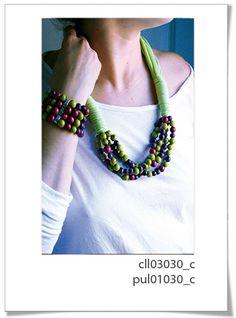 Colección 030c  Divertida colección realizada a mano con textil de primera calidad, y perlas de semillas brasileñas en colores vivos e intensos.     Es un diseño espectacular para esta temporata.     Pulsera ajustable. Adornos en Zamac.