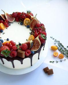 """У кондитеров есть такая примета """" инжир в декоре - значит осень"""" 😆 пока конечно ещё магазины радуют изобилием ягод, так что пока наслаждаемся ягодками 😍 @royalcupcakeua  #днепр#тортднепр#днепрторт"""