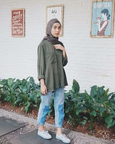 Discover recipes, home ideas, style inspiration and other ideas to try. Ootd Hijab, Casual Style Hijab, Stylish Hijab, Casual Hijab Outfit, Casual Outfits, Fashion Outfits, Hijab Jeans, Fashion Styles, Winter Outfits