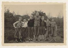 NSB | Vijf jongens in plusfour, Jeugdstormers?, NSB, Anonymous, 1934 - 1935 | Jongens van de Jeugdstorm? niet in uniform maar allen in plusfour poseren buiten voor de fotograaf.