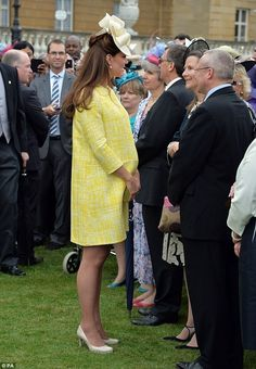 Kate Middleton shows off her baby bump in a yellow coat dress as she mingles with Prince Charles, Prince of Wales, and Camilla, Duchess of Cornwall, at the Queen's annual Garden Party on the grounds of Buckingham Palace on May Queens Garden Party, Buckingham Palace Garden Party, Kate Middleton Stil, Princesa Kate Middleton, Princesa Real, Herzogin Von Cambridge, Yellow Coat, Yellow Dress, Prince William And Catherine