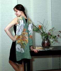 Батик Шелковый шарф ручная роспись. Универсальный сдержанные по цвету стильный шарф - вариации листьев и цветов бело-розового тона.  Подойдет как нарядный аксессуар  к пальто и плащу, дополнит и украсит повседневную одежду.  Выполнен в технике холодного батика .
