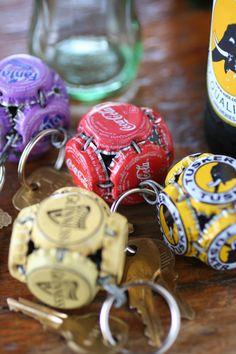 Con i tappi di birra o bevande analcoliche si possono creare originali portachiavi :)