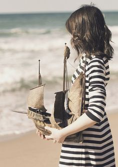 I think it would be even cuter with a little boy with the boat, so it looks like his dream of sailing one day Charles Trenet, Marine Look, Photo Vintage, Pirate Life, Sail Away, Tall Ships, Belle Photo, Cyberpunk, Dieselpunk