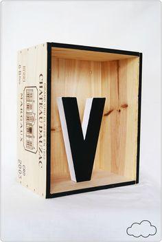 caisse de vin déco Vin Palette, Creation Deco, Home Staging, Wine Cellar, Furniture Making, Decoration, Crates, Playroom, Diy And Crafts
