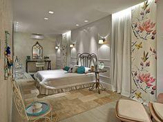 Nesse quarto as cortinas brancas foram complementadas por um painel estampado super feminino. Adorei! Projeto Thais Parreira. / fonte: assimeugosto.com