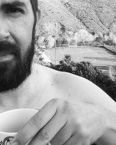 Todo lo que necesitas es amor. Pero con café y fútbol puede ser suficiente...  #moncadad #sunday #domingo #coffee #cafecito #cafe #cafeadicto #coffeeaddict #ButFirstCoffee #beard #bearded  #beardedvillian #futbol #Futbolero #blackandwhite