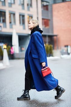 18 Amazing Outfits to Copy From Oslo Fashion Week Street Style Stuck in a rut? We found all of the best winter outfit ideas in one place—get ready to be obsessed. Look Fashion, Korean Fashion, Autumn Fashion, La Fashion Week, Blue Fashion, Winter Fashion Street Style, Feminine Fashion, Spring Street Style, Fashion Sale