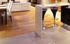 drewniana podłoga w połączeniu z ceramiką