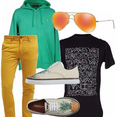 """Un mix di colori allegri per questo outfit maschile. Pantaloni gialli, felpa con zip e cappuccio verde, t-shirt nera con stampa per """"staccare"""", scarpe color crema con un allegro motivo di ananas, occhiali con lenti nelle tonalità del giallo-arancio."""