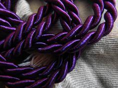 """Quem me conhece sabe que eu sempre amei coisas com inspiração náutica e por isso mesmo eu pirei quando encontrei a Maria Flor Acessórios no Instagram e seus colares de corda! Espero que vocês gostem dos colares e se apaixonem pela loja assim como eu me apaixonei! """"Como assim colares de corda?"""" #handmade #fashion #colar #moda #trendy #ropejewell #acessórios #acessóriofeminino #purple"""