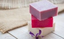 Foto: Getty Images Vegan Perfume, Solid Perfume, Soap Packaging, Lotion Bars, Soap Recipes, Home Made Soap, Natural Cosmetics, Handmade Soaps, Soap Making