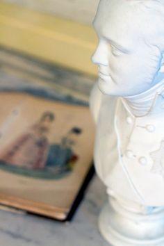 White statue reflects light beautifully. / Valkoinen kipsipatsas taittaa valoa kauniisti. www.valaistusblogi.fi
