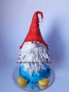 Gnome cake - cake by Fondantfantasy Wedding Cake Pops, White Wedding Cakes, Wedding Cakes With Flowers, Wedding Cake Designs, Flower Cakes, Gold Wedding, Christmas Wedding Cakes, Christmas Cake Pops, Holiday Cakes
