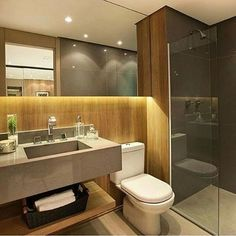 Banheiro l Destaque para o porcelanato que imita madeira na parede, que aqueceu o ambiente. Projeto Carlos Rossi #bath #bathroom #revestimento #madeira #top #wood #banheiro #interiordesign #decor #goodnight #boanoitinha #designer #chic #luxury #furniture #glamour #decorations #criative #instadaily #archlovers #photo #blogfabiarquiteta #fabiarquiteta
