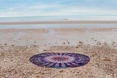 Drap de plage rond inspiré des magnifique mandalas indien.    Parfait en guise de paréo, pour faire du yoga, pour un pique-nique ou même pour décorer votre intérieur posé sur un canapé, sur un lit ou bien accroché à un mur. Ce drap vous accompagnera partout. Mandala Orange, Parfait, Beach Mat, Outdoor Blanket, Mandalas, Indian, Wall