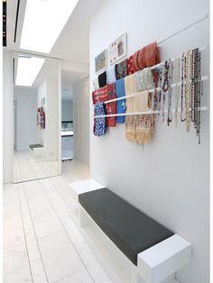 <p>Superhandig, deze stangen in je hal of dressing! Je hangt er je sjaals, juwelen en riemen aan en hebt meteen een mooi overzicht.</p><p></p><p>Bron: Pinterest</p>