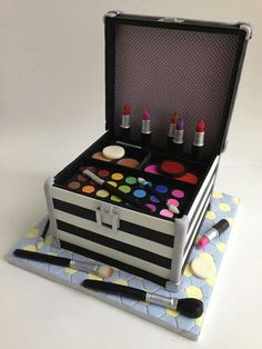 Make-up case cake.