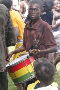 Jovem músico toca o seu tambor à beira do Lago Bosumtwe em Gana.  Fotografia: Adam Jones, Ph.D. no Flickr.