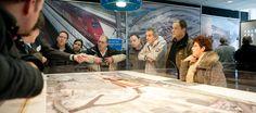 geinteresseerden bekijken de maquette infocentrum Via Breda