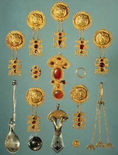 Årslev-graven. Årslev-graven fra slutningen af 300-årene blev fundet i 1820 på Årslev Kirkebakke på Fyn. Her lå to skeletter ved siden af hinanden, men kun den ene af de døde havde fået gravgaver med. Måske var personen uden gaver en træl? Det enestående gravudstyr tilhørte formentlig en kvinde. Hun havde blandt andet fået bronzefade og –spande, en sølvske, en krystalkugle og et eksklusivt smykkesæt med sig.  Du kan se Årslevkvindens smykker, krystalkugle og sølvske i udstillingen om…