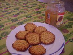 """""""Biscottini al miele con cereali"""" due ingredienti buoni e utili per la nostra alimentazione quotidiana, da sgranocchiare con piacere in qualsiasi momento del"""