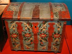 Hand painted trunk, somehow reminding me of 'foreign' places