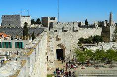 Veja 10 cidades medievais que você não pode perder Walking Tour, Jerusalem, Mount Rushmore, Dolores Park, Asia, Mountains, Mansions, Travel, Old Churches