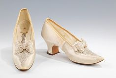 Evening Shoes 1898 The Metropolitan Museum of Art 1890s Fashion, Victorian Fashion, Vintage Fashion, Antique Clothing, Historical Clothing, Vintage Boots, Vintage Outfits, Victorian Shoes, Victorian Era