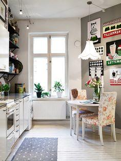 Uma cozinha pequena, porém bem decorada com quadros e pôster alegres e a mistura de estampas, deixaram o ambiente sofisticado e despojado, a claridade vinda da janela é uma ótima aliada nesse ambiente!