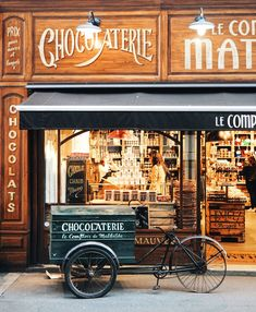 It's easy to eat cheaply in Paris. Eating out in Paris does not have to be an expensive or an extravagant thing - you can eat well and very cheaply if you Boutique Vintage, Vintage Shops, Paris In Autumn, Store Front Windows, Cute Store, Shop Facade, Chocolate Shop, Chocolate Lovers, Shop Fronts