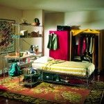 Dormitorio juvenil con estantes cromados super erecta de metro.