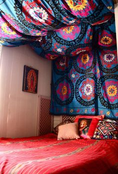 DIY tapestry headboard, i think i have to do this in my room next year Diy Fabric Headboard, Tapestry Headboard, Wall Tapestries, Ceiling Tapestry, Fabric Canopy, Tapestry Fabric, Headboard Ideas, Fabric Ceiling, Dorm Tapestry