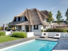 Rietgedekte villa van familie schrijver door EVE Architecten